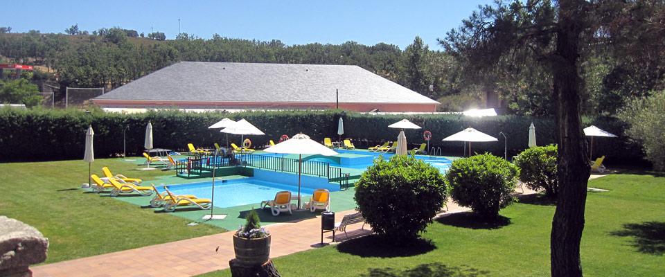 Finca de 7.500 m2 con parque infantil, tenis, piscina, parking...